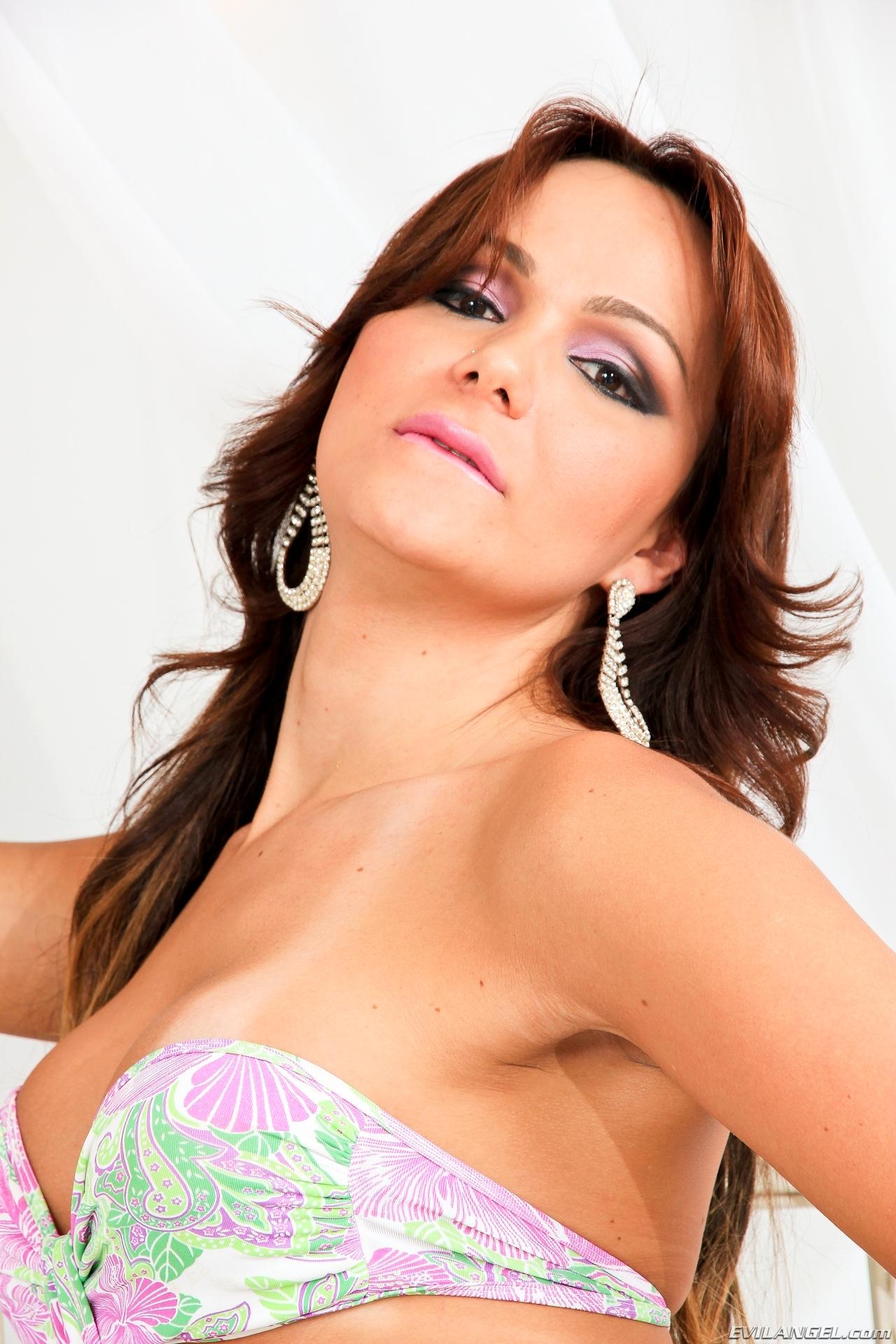 Jessica Hilton In Steamy Swimsuit